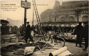 CPA PARIS INONDE 114 Campement de Sauveteurs Gare de Lyon (561812)