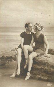 Postcard Fashion couple idyl love kiss sea-side woman man hat bathing suits