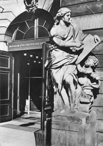 Berlin Museum fur Deutsche Geschichte Haupteingang Statue