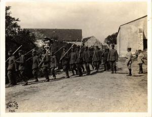 CPA Militaire - Soldiers with Scythes and Pitchforks - Photo (698262)