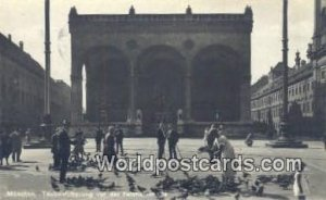 Taubenfutterung vor der Feldhernhahe Munchen Germany Postal Used Unknown