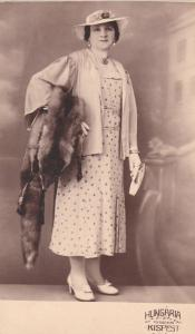 REAL PHOTO POSTCARD OF AN ELEGANT WOMAN FASHION FOX FUR & JEWELRY