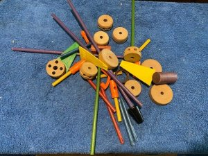 VINTAGE TINKERTOYS SET IN ORIGINAL CONTAINER LOTS OF PIECES TINKER TOYS