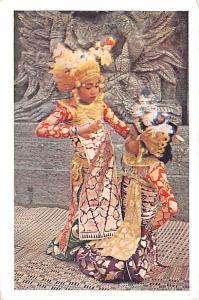 Indonesia, Republik Indonesia Twee legongmeisjes met de tjondongspeelster  Tw...