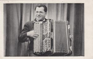 Man playing accordion, 10-20s