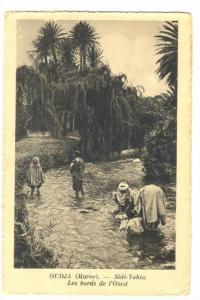 Arab women washing Clothes, OUDJA (Maroc.).-Sidi-Yahia, Les bords de l'Oued, ...