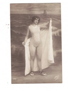 HI1084 VICTORIAN BATHING BEAUTY IN SWIMSUIT AT THE SEASIDE