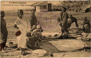 CPA Distribution de vivres au Village Senegalais MAROC (825218)