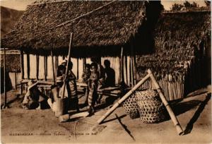 CPA Region TANALA Pileuse de riz MADAGASCAR (709623)