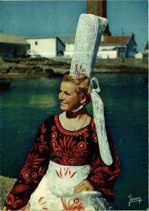 CPM La Bretagne Jeune fille en costume de Bigoudenne FOLKLORE (752869)