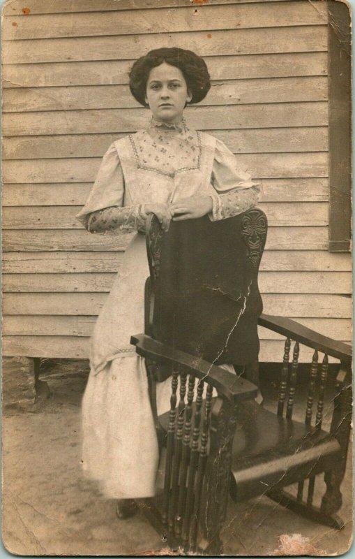 Vtg Postale Cppr Adair Iowa Ia Portrait Femme en Blanc Avec Géniaux Chaise Unp