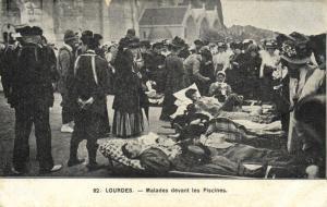 CPA Lourdes - Malades devant les Piscines (110270)