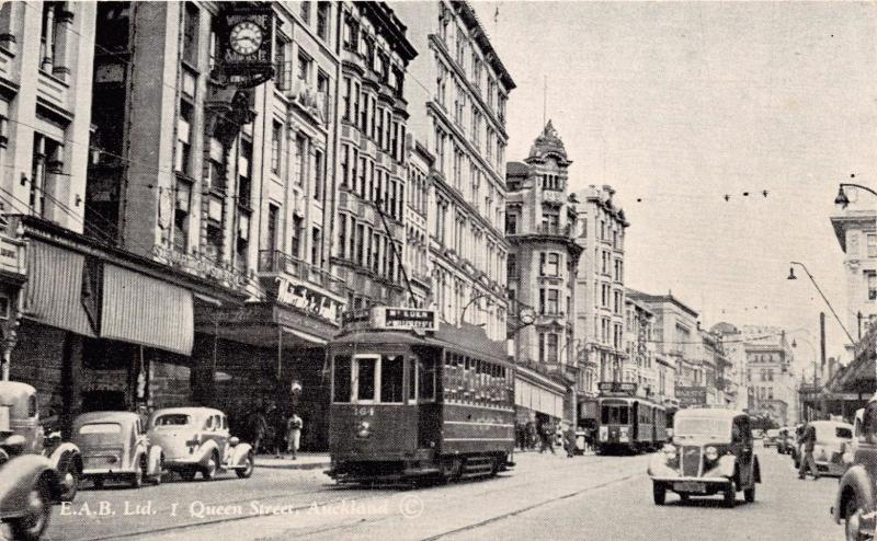 AUCKLAND NEW ZEALAND~TROLLEY-AUTOS-STOREFRONTS ON QUEEN STREET POSTCARD 1940s?