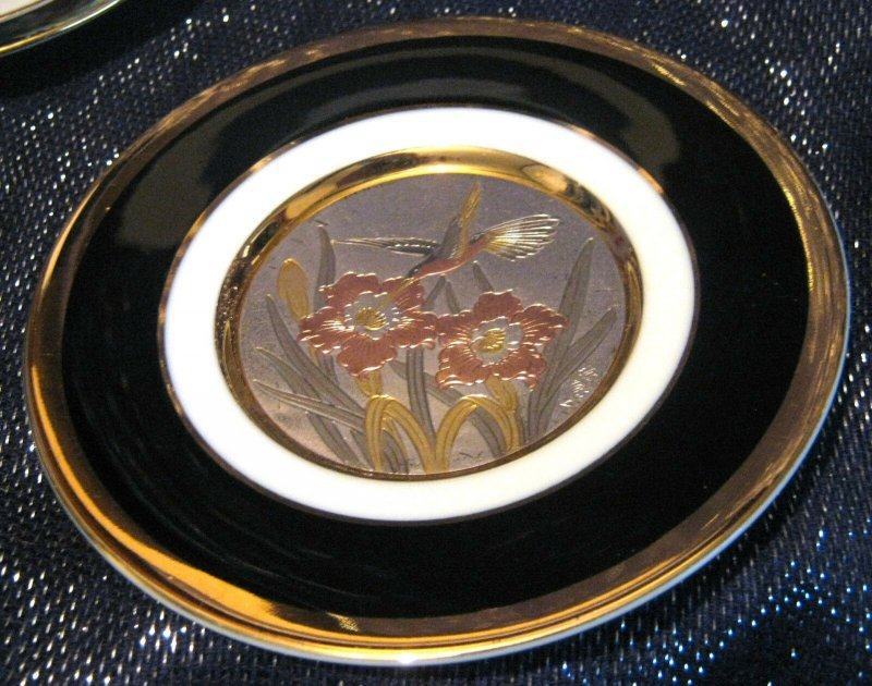Very pretty Chokin decorative plate with a Hummingbird design approx 6 ins wide