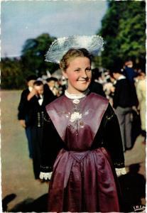 CPM En Bretagne Coiffe et Costume, Jeune fille de Lorient FOLKLORE (753060)
