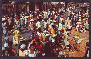 P1441 vintage unused postcard market street scene many people kingston jamaica