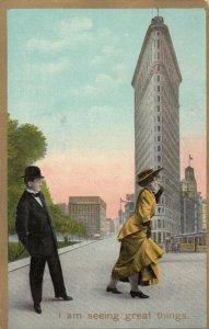NEW YORK CITY, New York, 1909 ; Couple at Flat Iron Building