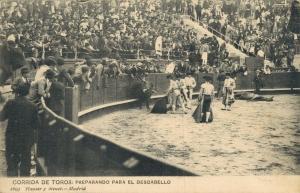 Spain - Bullfighting Corrida de toros Reparando para el Descabello 01.79