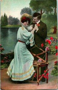 Vtg Postkarte 1910s Romanze Garten Blumen Big Hat Bench Weißes Kleid