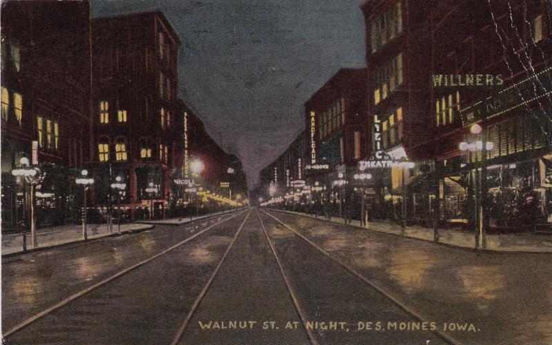 DES MOINES , Iowa , 1915 ; Walnut Street at night
