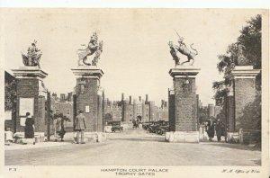 Middlesex Postcard - Hampton Court Palace - Trophy Gates - Ref 19450A