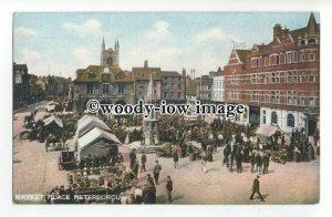 aj0509 - N'Hampton - The Market Place in full Swing, in Peterborough - Postcard