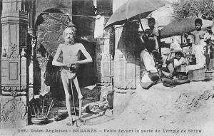 India Indes Anglaises Benares, Fakir devant la Porte du Temple de Shiva