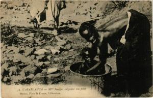 CPA CASABLANCA Mme Senegal baignant son petit MAROC (824536)