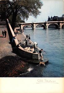 Paris France Le Quai du Louvre et le Pon Neuf Paris Le Quai du Louvre et le P...