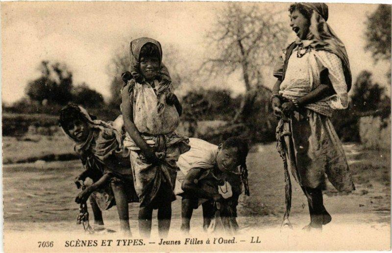 CPA AK LL 7036 Scenes et Types- Jeunes Femmes a l'Oued, ALGERIE (793341)