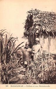 Africa Madagascar Enfants et case Betsimisaraka