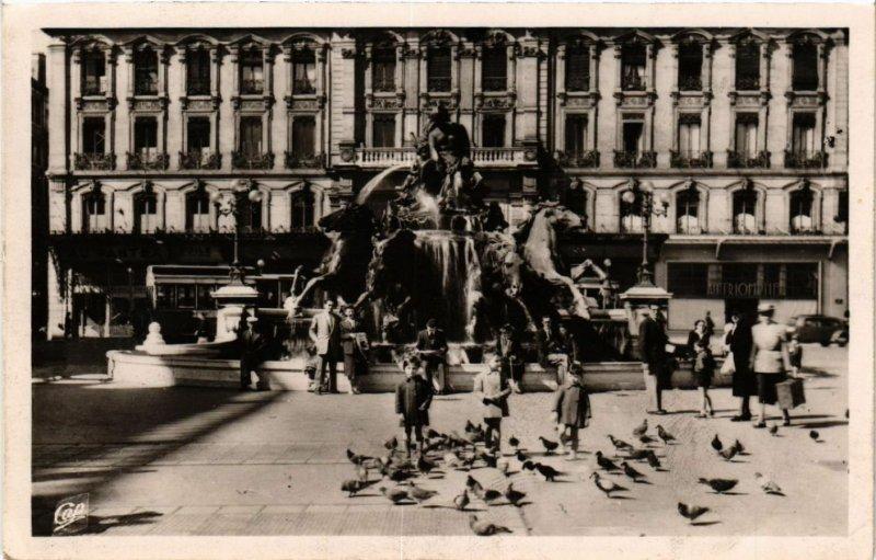 CPA LYON La Fontaine Bartholdi et les Pigeons de la Place des Terreaux (461610)