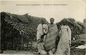 CPA Au Campement. Femmes de Tirailleurs indigenes MADAGASCAR (709674)