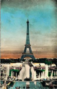 France Paris La Tour Eiffel et les jets d'eau de Chaillot 01.90
