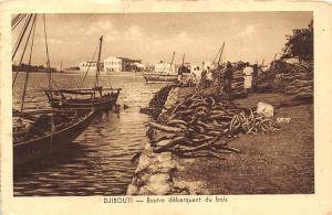 Djibouti - Boutre debarquant du bois boats