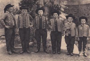 Brochette de petits hommes , Plougastel-Daoulas (Finistere), France, 20s