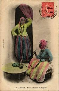 CPA Ideale 149 Femmes fumant le Narguile ALGERIE (821654)