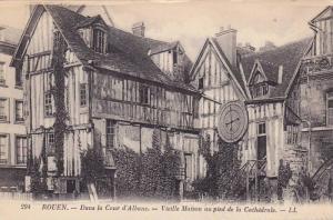 Dans La Cour d'Albane, Vieille Maison Au Pied De La Cathedrale, Rouen (Seine ...