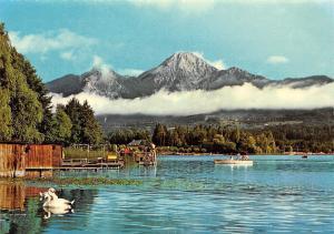 Am schoenen Faakersee mit Blick gegen Mittagskogel Lake Boat Mountain Panorama
