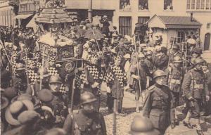 BRUGES, Belgium, 00-10s : Procession du St. Sang : Le Tombeau de N.S. entoure...