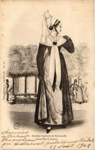 CPA Anciens Costumes de Normandie Jeune fille de BAYEUX (422177)