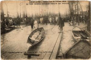 CPA CHOISY-le-ROI - Inondation de Janvier 1910 - La foule anxieuse .. (659333)