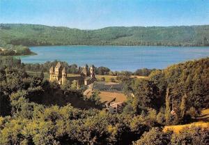Maria Laach Blick von Suedwesten Kirche Gesamtansicht See