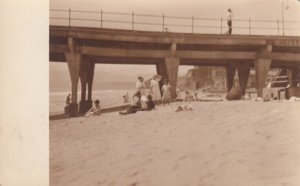 RP: VENICE, California, 1900-10s ; People under Pier