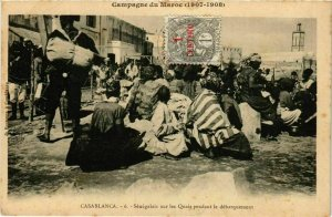 CPA AK CASABLANCA Senegalais sur les Quais pendant debarquement MAROC (824540)