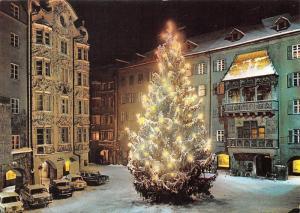 Innsbruck, Weihnachtsbaum beim Goldenen Dachl Auto Vitnage Cars Golden Roof