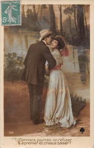 Romantic Kiss Couple Comment pourrait-on refuser Le premier et chaste baiser?