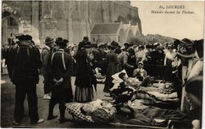 CPA LOURDES Malades devant les Piscines (412335)