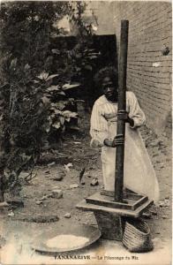 CPA Tananarive. Le Pilonnage du Riz. MADAGASCAR (626121)