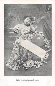 Bebe cheri qui pense a vous fleurs souvenir girl fillette child